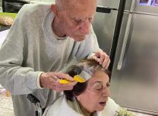 92-letni mož je med karanteno barval lase svoji ženi. Ta fotografija se je dotaknila srca ljudi po vsem svetu!