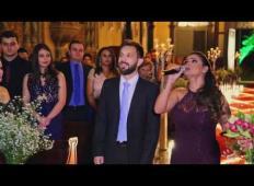 Ženin med poroko zgrabi mikrofon in zapoje Hallelujah v portugalščini. Svatje so bili očarani!