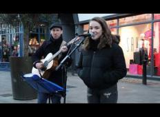 15-letnica na ulici pela uspešnico Eda Sheerana. Ko se ji pridruži mladenič in zapoje v italijanščini …