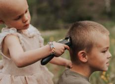 Starejši bratec si je v znamenje podpore pobril glavo. 3-letna sestrica, ki se bori z rakom, je storila tole ...