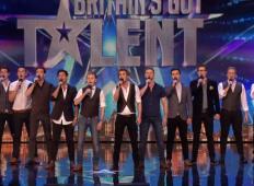 12 moških pride skupaj na avdicijo. Ganejo celotno dvorano z izvedbo legendarne pesmi