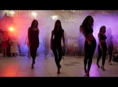 Nevesta stopila s prijateljicami na plesišče. Ko je mož to videl …