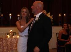 Nevesta in njen oče sta mirno plesala, ko so naenkrat prekinili glasbo. Kar sledi potem ...
