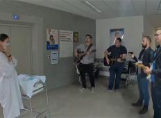 Mladi slovenski glasbenik je dobil otroka. Ko ga je partnerka zagledala na hodniku s prijatelji ...