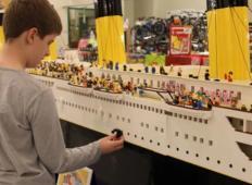 Fantek z avtizmom sestavil največjo repliko Titanika iz lego kock. Porabil jih je kar 56.000!