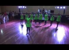 Družice izvajajo tradicionalni irski ples. Ko pa na oder stopi ženin ...