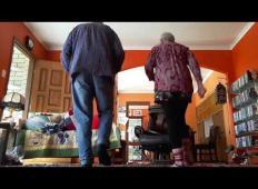 Se dolgočasite doma? Poglejte, česa se je za krajšanje časa domislil ta starejši par!