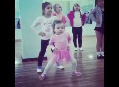 Mala deklica je na plesnem tečaju zaplesala in nasmejala vse prisotne. Le poglejte si njene plesne korake!