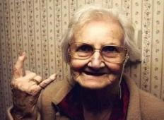 Starejša ženska je želela dvigniti 10€ na banki. Blagajnik tega ni želel storiti, zato je starka naredila tole!