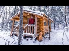 Moški sredi gozda sam zgradil brunarico. Posnetek je senzacija na spletu!