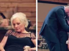 Ženin je dvignil mamo iz invalidskega vozička. Stisnil jo je k sebi, da sta lahko skupaj zaplesala!