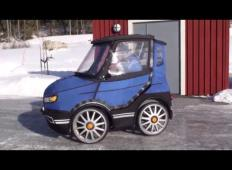 Na prvi pogled izgleda kot majhen avto. Ne boste verjeli, kaj se skriva za vrati!