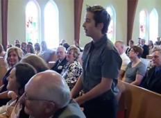 Fant med poroko vstane in začne peti.  Kmalu za tem v cerkvi nastave čudovit šov!