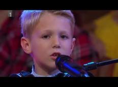 8-letni Miha navdušil Slovence. Tako ganljivo je zapel pesem o očku!