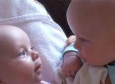 Poglejte, kako dvojčka gledata en v drugega. Navdušila vas bosta!