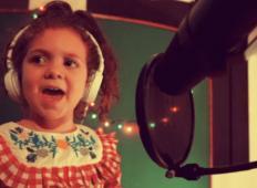 5-letnica stopila pred mikrofon in zapela klasiko Franka Sinatre. Popolnoma vas bo očarala!