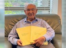 104-letnik se ne more nehati smejati, ko po treh desetletjih dokonča doktorat!
