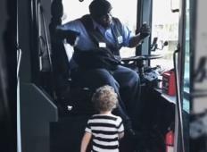 Posnetek, ki ti bo polepšal dan. To je storil voznik avtobusa, ko je videl deklico!
