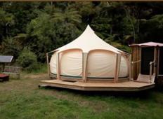 Prodal je hišo in živel v šotoru. Ko boste videli notranjost, boste razumeli zakaj!